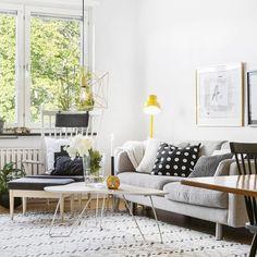 Ourwork #styling #staging #inredning #inspiration #vitt #finahem #asafotoinspo #interiör #interior125 #interior4all #livingroom #vardagsrum #design #detaljer #pioner #grafiskt #svartvitt #mässing #bumling #tillsalu #svenskfast