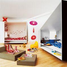 Partager sa chambre avec son frère ou sa sœur ne veut pas forcément dire partager aussi son intimité. Il existe des aménagements qui permettent de cohabiter ensemble tout en préservant l'individualité de chacun. Découvrez comment aménager une chambre d'enfant pour deux.