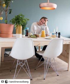 Så stilig hjemme hos Nikko & Karro. Clava Dine passer rett inn  Credit: @karolinevsolberg  Hjemme hos Nikko og Karro  #home #interior #interiør #vitra #ikea #billejo #hay #coffee #breakfast #living #bobedre #minmote #lifestyle #designhous #woodfloors #interiordesign #greenwalls #hjemmehos #karolineognikolai #interiordesign #home #house #ikea #grunerløkka #oslo  #vårthjem