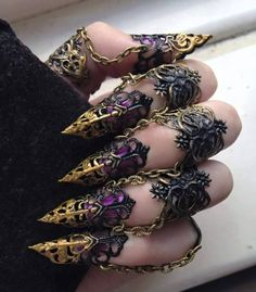 Delicate Finger Armor - Blackbird Wings - Elegant Jewellery - Gothic Jewellery<<< it looks like the sort of thing a villainess would wear so she could scratch out people's eyes Moda Steampunk, Steampunk Fashion, Gothic Fashion, Steampunk Nails, Steampunk Cosplay, Steampunk Diy, Emo Fashion, Steampunk Emporium, Fashion Clothes