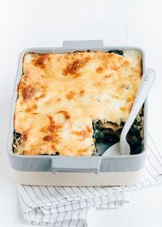 Lekker recept voor een vegetarische boerenkool lasagne uit de oven met bechamelsaus, paprika, cashewnoten en kaas. Lekker doordeweekse maaltijd. #kale #lasagna