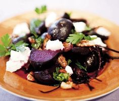 Ugnsbakade rödbetor blir tillsammans med krämig chèvre och knapriga valnötter ett perfekt tillbehör till salta kötträtter. Ringla lite balsamvinäger över rödbetorna vid servering och njut av smakerna.