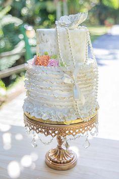 Ruffle wedding cake | Karism Photography | see more on: http://burnettsboards.com/2015/02/colonial-vintage-garden-wedding/