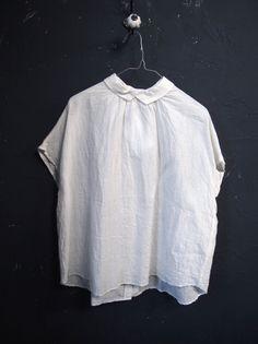 Veritecoeur(ヴェリテクール)・バックボタンブラウス[ST004]ホワイト - シンプルで心地よい洋服の通販 | fevrierネットショップ