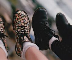 Imagem de shoes, boots, and flowers Doc Martens Boots, Dr. Martens, Ugg Cardy Boots, Uggs For Cheap, Cheap Boots, Hipster Looks, Cute Boots, Favim, Shoe Game