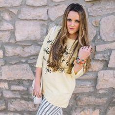 http://www.pintalabios.info/es/look-dia/view/es/273 Nuevo #Look #LookDelDia en pintalabios.info LET'S MEET FOR A COFFEE         Today I want to share with you another message t-shirt. Let's meet for a coffee... you know I really like these type of sweatshirts. Hoy os enseño otra sudadera con mensaje, estoy enamorada de ellas y más si vienen en un color tan precioso como el amarillo. Combinada con pantalones capri, me encanta el resultado.         Regístrate en pintalabios.info y haz…
