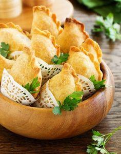 Chausson a la Viande Hachée, Menthe et Oignon : Recette | Régal Foie Gras, Meat Recipes, Snack Recipes, Snacks, Brie, Iftar, Beignets, Baking Tips, Finger Foods