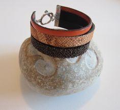 Bracelet manchette multirangs cuir mordoré effet caviar, cuir façon reptile orange et beige , fine lanière orange : Bracelet par d-schaetzle