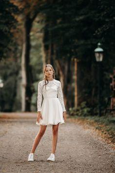 Den smukke Inga kjole har den fineste blonde overdel og et klassisk chiffon skørt. Kjolen er lukket af på ryggen. Vi elsker den smukke blonde og den fine blondekant ved hals og talje. Skort, White Dress, Dresses, Fashion, Vestidos, Moda, Fashion Styles, Dress, Fashion Illustrations