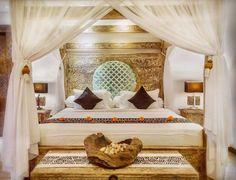 50 طرح اتاق خواب های رومانتیک عروس Dark Romantic Bedroom, Romantic Bedroom Design, Attic Bedrooms, Bed Rooms, Satin Bedding, Exposed Wood, Bedroom Lighting, House Design, Interior