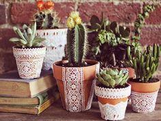 Veja como reciclar velhos vasos de cerâmica e transformá-los em belos vasos decorados com renda.Se inspire com o passo a passo do artesanato e aprenda como decorar vasos com renda e tecido.