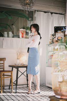 Pose ideas for Feminine photoshoots and everyday photography - Feminine Style Long Skirt Fashion, Long Skirt Outfits, Modest Fashion, Casual Outfits, Fashion Outfits, Korean Girl Fashion, Korean Fashion Trends, Ulzzang Fashion, Asian Fashion