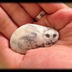 そっとこちらを見返す猫。 陽に当てるとキラキラ反射する石の模様をそのままに、毛並みと手足、瞳を大切に描き込みました。 White cat. Her body is smooth & shiny natural shape stone. The size: 25x45x10mm..FANTASTIC ARTWORK!!
