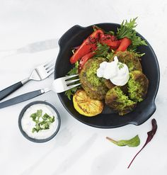 Kikhernepihvit falafelien tyyliin Falafel, Tandoori Chicken, Avocado Toast, Good Food, Baking, Breakfast, Ethnic Recipes, Kitchen, Kala