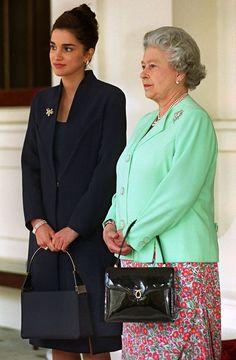 Queen Rania of Jordan and Queen Elizabeth II Style Royal, King Abdullah, Jordan Fashions, Queen Rania, Paris Match, Elisabeth, Crown Princess Victoria, Neutral Outfit, Swing Coats