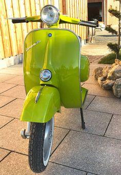 Fotos einer grünen Vespa v50 Smallframe Verde Mela 302 Apfelgrün Vespa Ape, Piaggio Vespa, Vespa Lambretta, Vintage Vespa, Classic Vespa, Classic Bikes, Motor Scooters, Vespa Scooters, Vespa Roller