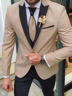 GentWith Midvale Gold Peak Lapel Groom Go well with - Best Suit's Slim Fit Tuxedo, Slim Fit Suits, Tuxedo For Men, Indian Men Fashion, Mens Fashion Suits, Mens Suits, Groomsmen Suits, Groom Attire, Groom Tuxedo Wedding