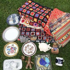 買付けで仕入れたブランケットや古い伝統的な織物やリサラーソンやアラビアの食器<chuffy>