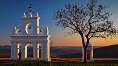 Que maravillosa puesta de sol. Lugar de paz y naturaleza sin par. ¿quieres descubrir dónde fué tomada la foto?. Pincha en ella y te descubriremos dónde poder disfrutar de estas vistas. #newrulemagazine #planes #viajes #trip #escapadas #camino #Huelva #sierra #viaje #puestadesol #landscape #paisaje