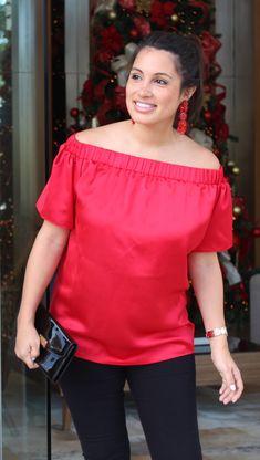 Embarazada y a la moda es posible con esta blusa materna. Hecha en 100% seda, es de manga corta y con su corte offshoulder le da un toque moderno a tu outfit. Combínala con jeans o con pantalón elegante. Es así de versátil. Off Shoulder Blouse, Ruffle Blouse, Jeans, Women, Fashion, Smarty Pants, Fashion Dresses, Blouses, Red Silk