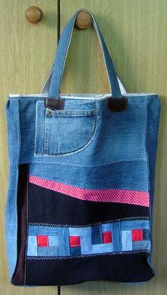 Bolsa jeans com apliques coloridos.