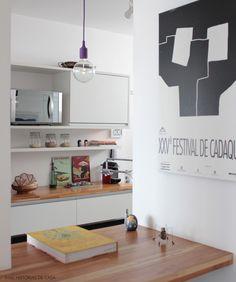Cozinha com bancadas em madeira. A Teca é uma opção por ser mais resistente à água. Mais em www.historiasdecasa.com.br #todacasatemumahistoria #cozinha #kitchen #madeira