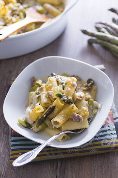 Il #pasticcio di #asparagi è un primo piatto a base di rigatoni conditi con #salsiccia e asparagi, una ricetta perfetta per un pranzo in famiglia! (#baked #pasta with #asparagus ) #Giallozafferano #recipe #ricetta