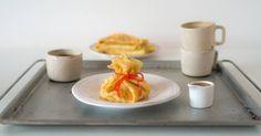 Beursje van pannenkoeken met rozemarijn en ananas Sugar Bowl, Bowl Set, Plastic Cutting Board, Desserts, Tailgate Desserts, Deserts, Postres, Dessert, Plated Desserts