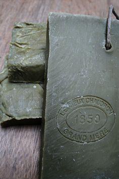 Deze handgemaakte Olive zeep is 100% natuurlijk en bestaat voor 72% uit olie. De zeep is niet schadelijk voor de huid. Sterker nog, deze zeep wordt aanbevolen door dermatologen in de hele wereld voor een droge of gevoelige huid, eczeem en andere kwalen. Voor meer informatie kijk je op; www.molitli.nl