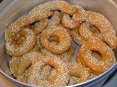 ΚΡΗΤΙΚΗ ΣΥΝΤΑΓΗ!!!!!: Με ολόκληρο πορτοκάλι και -φυσικά-με ελαιόλαδο! Εποχή για λαδερά κουλουράκια. Για λίγες μέρες ακόμη , λίγο πριν αρχίσουμε να φτιάχνουμε τα πλούσια πασχαλινά γλυκά, συνοδεύουμε τον καφέ μας με… Greek Sweets, Greek Desserts, Greek Recipes, Greek Appetizers, Sweets Recipes, Easter Recipes, Cookie Recipes, Koulourakia Recipe, Greek Cookies