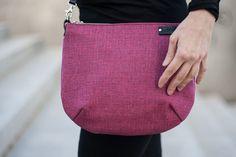 **Seria** **MIX**  Mała torebka, wykonana z solidnej bawełny. Posiada mocny skórzany pasek, o regulowanej długości, umożliwiający noszenie jej na ukos przez ramię lub na ramieniu. Środek...