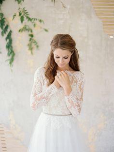 Свадебное платье с кружевными рукавами и открытой спиной