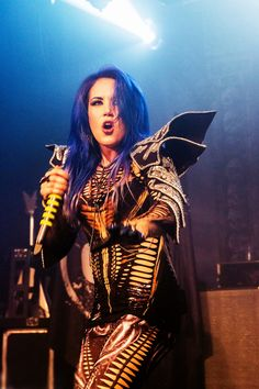 Alissa White-Gluz Photo by Ton Dekkers Heavy Metal Fashion, Heavy Metal Girl, Heavy Metal Music, Heavy Metal Bands, Female Guitarist, Female Singers, The Agonist, Ladies Of Metal, Alissa White
