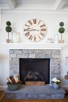 Latest Totally Free Modern Farmhouse mantle Strategies Country chic living's come a long way since Eva Gabor landed on Green Acres from life in a glamoro Modern Farmhouse Interiors, Modern Farmhouse Style, Farmhouse Decor, Farmhouse Fireplace Mantels, Fireplace Remodel, Fireplace Mantle, Fireplaces, Living Room Mantle, Dining Room