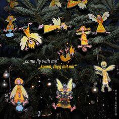 Ein kleiner, frecher Schutzengel möchte dich begleiten. Guardian GERTI wertet als Geschenkanhänger jedes Geschenk auf, dekoriert dein Zuhause, fährt als Schutzengel im Auto mit, schmückt deinen Christbaum, beschützt dich auf Reisen und vieles mehr … #schutzengel #geschenkanhänger #christbaumschmuck Come Fly With Me, Christen, Wreaths, Halloween, Poster, Decor, Art, Guardian Angels, Christmas Tree Decorations