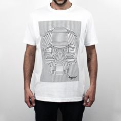 Camiseta LineSkull, 100% Algodão, malha fio 30 penteado, na cor brancacom tecnologia anti-pilling eestampa silk toque zero. O design da estampa apresenta uma caveira minimalista criada somente com linhas retas.