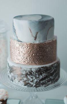 Stilvolle Ideen für eine Hochzeitstorte mit Fondant - Hochzeitskiste Christmas Wedding, Christmas Fun, Wedding Dress Winter, Winter Weddings, Fancy Wedding Cakes, Cake Wedding, Wedding Ideas To Make, Fondant, Naked Cakes