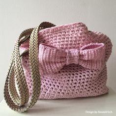 Pink-crochet-bag-with-bow-by-BautaWitch ..★ Teresa Restegui http://www.pinterest.com/teretegui/ ★..