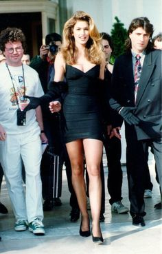 Let's take a trip back to the when Herve Leger created the first bandage dress. Enjoy these vintage pictures of fashion and models! 90s Party Outfit, 90s Outfit, Runway Fashion, Fashion Outfits, Couture Fashion, Fashion Trends, 90s Fashion Grunge, 90s Grunge, 90s Models