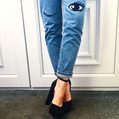 Schockverliebt in diese geniale Kombi aus Mom-Jeans und Riemchensandalette, die uns hier so neckisch anzwinkert <3