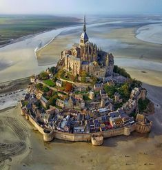L' isola di Mont Saint-Michel vista dall'alto! Normandia, in Francia. Mont Saint Michel France, Le Mont St Michel, Beautiful Castles, Beautiful World, Beautiful Places, Amazing Places, Amazing Photos, Beautiful Pictures, Places Around The World