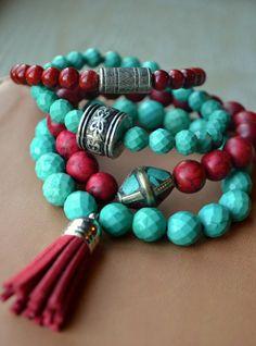Boho, bohemias pulseras estiramiento moldeadas con acentos tibetano del grano y de la borla, conjunto de cuatro