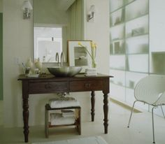 Designer Vincente Wolfs New York bathroom. He used a Burmese table to hold a stainless-steel sink/bowl. This is very common today, but I saw this image years ago. He was ahead of his time. Country Decor, Country Style, Manhattan, Interior And Exterior, Interior Design, Modern Sink, Love Home, Home Projects, Designer