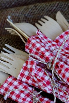 Bamboo cutlery wrapped in paper serviettes tied with twine for BBQ table Summer Bbq, Summer Picnic, Summer Time, Unique Birthday Party Ideas, Paper Serviettes, Bbq Table, I Do Bbq, Picnic Time, Bbq Party
