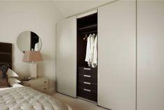 Antlante wardrobe with sliding doors is perfect for this English bedroom. Atlante con ante scorrevoli è perfetto per questa camera da letto inglese.