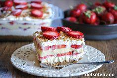 Søte, norske jordbær er noe av det beste med sommeren! Denne deilige jordbærdesserten er nydelig og lett å lage. Navnet kommer av at kjeksbunn, mascarponekrem, vaniljekrem og jordbær legges lagvis i en form. Kombinasjonen er sommerlig og herlig! Start gjerne dagen i forveien slik at desserten får stått i kjøleskapet og blitt fastere i konsistensen. Da blir det lettere å skjære stykker som holder fasongen, slik at du ser de fine lagene. Margarita Party, No Bake Cake, Afternoon Tea, Form, Vanilla Cake, Tiramisu, Cake Recipes, Cheesecake, Goodies