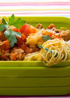 Bolonhesa de carne e legumes com noodles