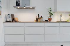 Witte strakke keuken zonder handgrepen. Meer wooninspiratie op mijn interieurblog http://www.interieurinspiratie.nl/
