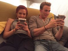 Scarlett Johansson and Chris Evans battling each other via Gameboys between scenes. 44 Behind-The-Scenes Photos That'll Change The Way You Look At Marvel Movies Avengers Series, Avengers Cast, Marvel Avengers, Mark Ruffalo, Gamora And Nebula, Avengers Imagines, Avengers Quotes, Die Rächer, Romanogers