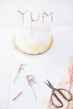 Make Mom a Mother's Day cake (and cake topper) she'll love, with this quick and easy tutorial: paper...